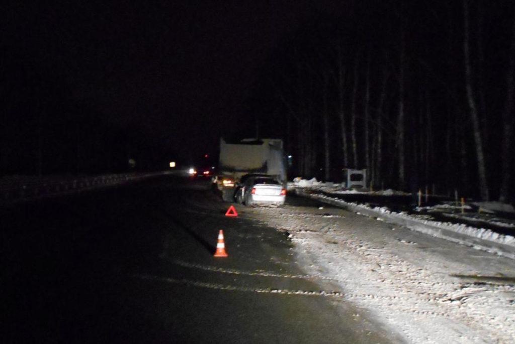 Во втором часу ночи на 15-м километре федеральной автодороги Тюмень – Ханты-Мансийск иномарка столкнулась с грузовым самосвалом