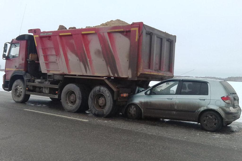 Днем на 203-м километре федеральной автодороги Тюмень-Омск автомобиль «Хундай» въехал в остановившийся большегруз «Вольво»