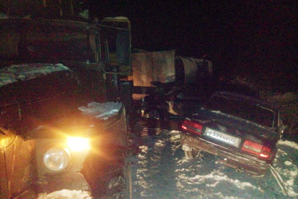 Вечером на 28-м километре автодороги Тобольск-Вагай в стоящий на обочине автокран въехали автомобили «Ниссан» и «Вогла»