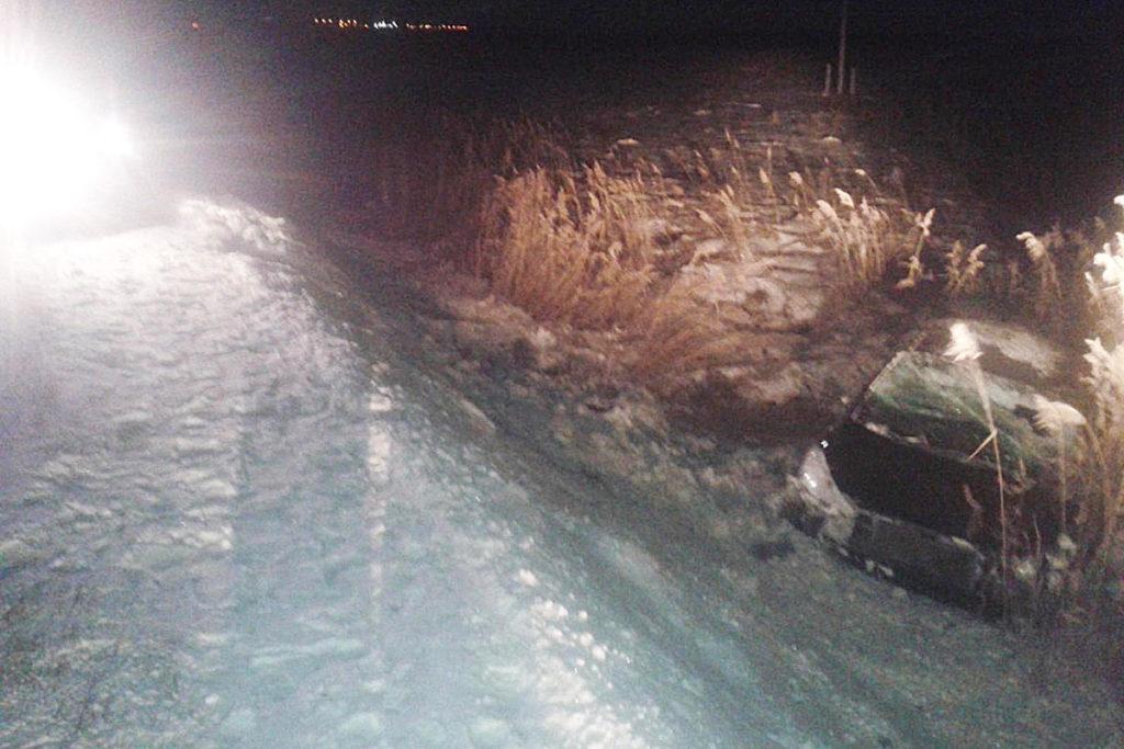 В третьем часу ночи на 9-м километре автодороги Ялуторовск – Ярково съехал в кювет и перевернулся автомобиль «Киа Серато».