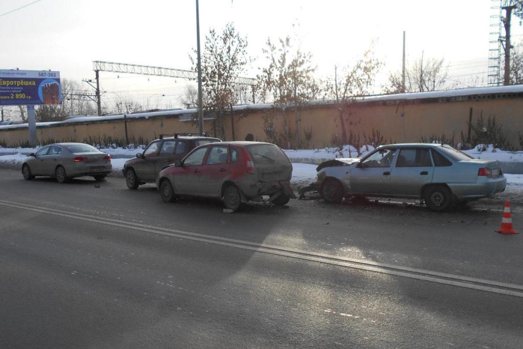 3 декабря  в Тюмени в 12 часов  на улице 50 лет ВЛКСМ столкнулись автомобили  «Дэу Нексия», «Лада Калина»,  «Шевроле Нива» и  «Фольксваген Пассат»