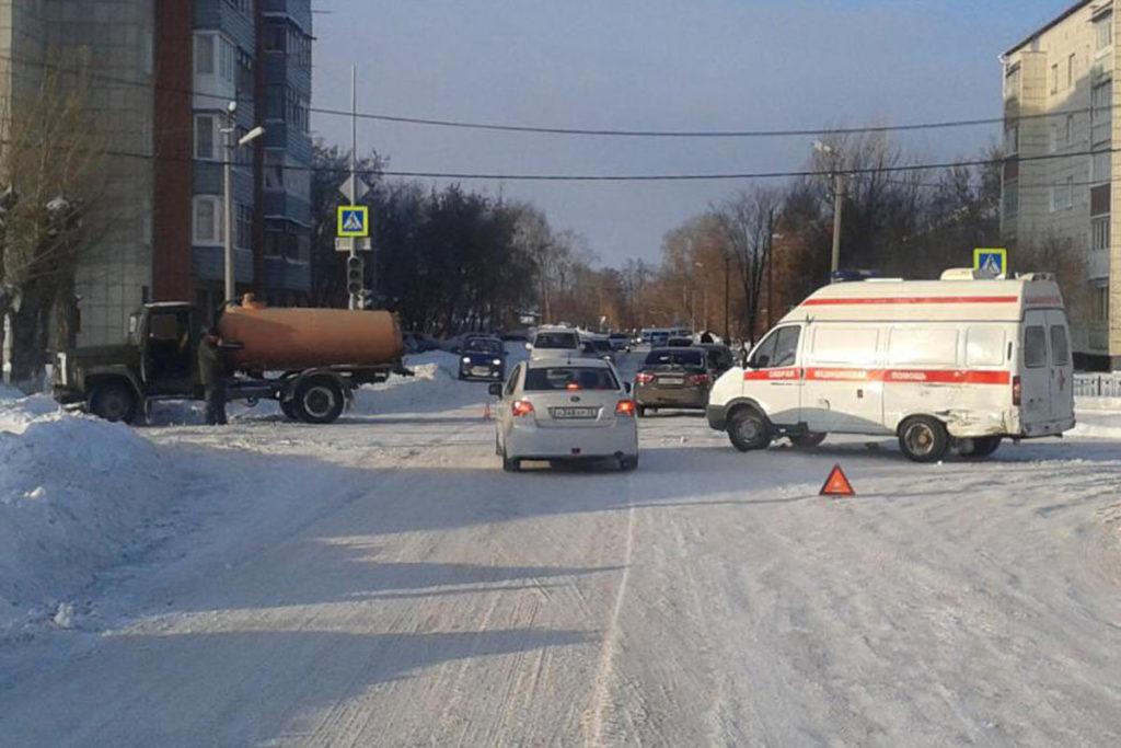 В городе Ишиме на пересечении улиц Иркутской и Путиловской в полдень столкнулись автомобиль «скорой помощи» и грузовик «ГАЗ»