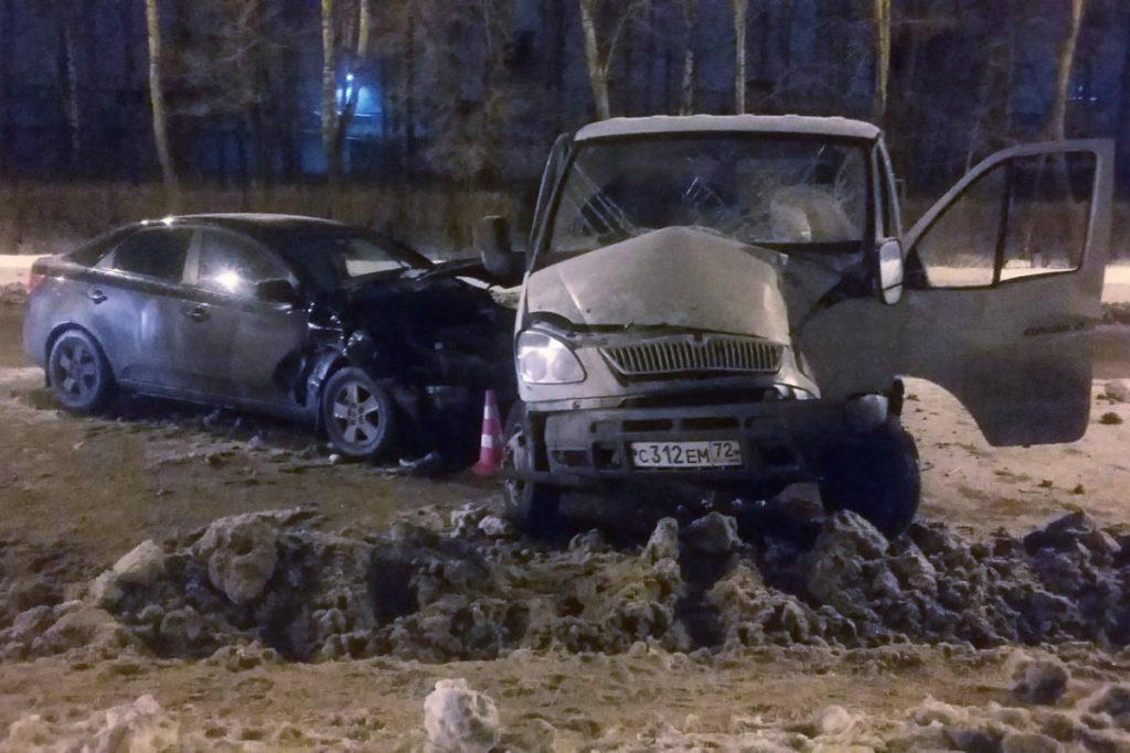 Вечером в Тюмени на ул.Республики, 207 столкнулись «Газель» и «Киа»