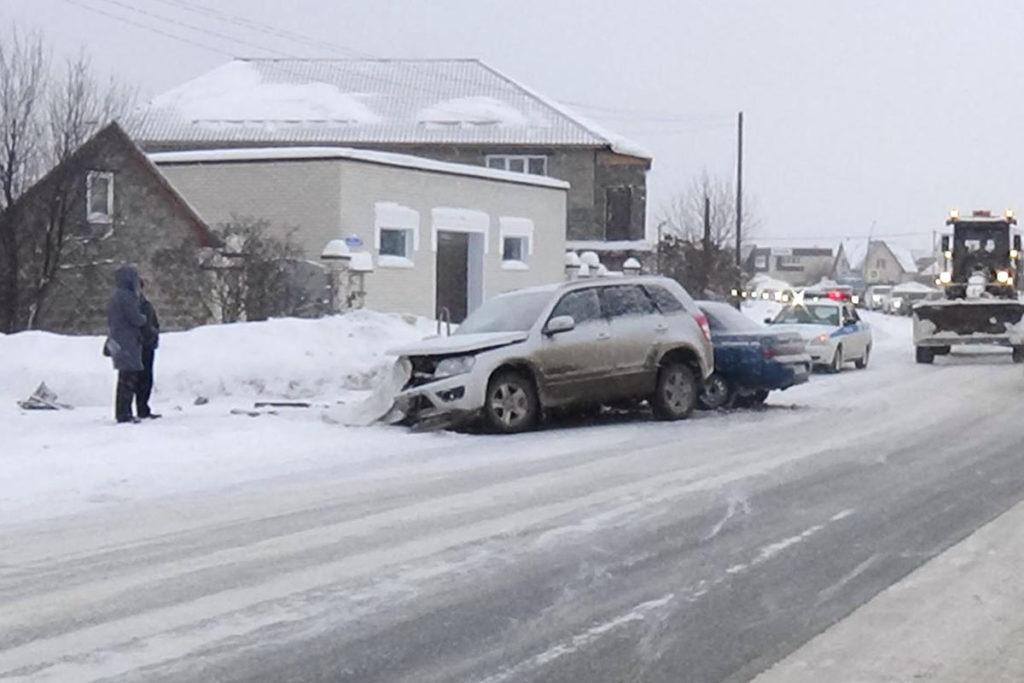 В Тобольске на Уватском тракте около 11-ти часов столкнулись «Сузуки Гранд Витара» и ВАЗ 2110