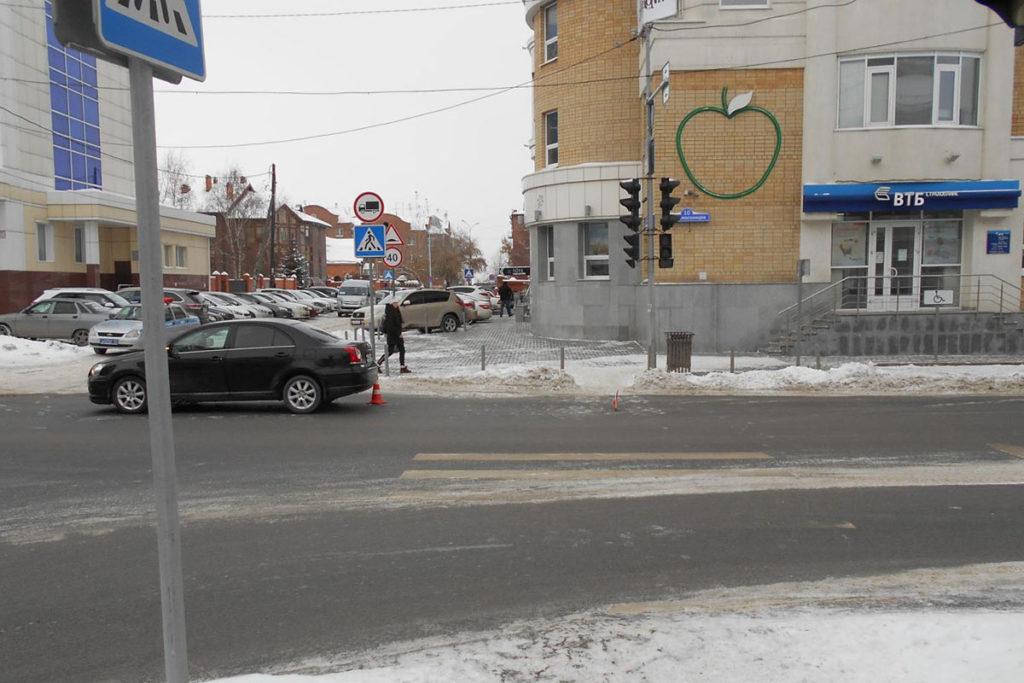 В областном центре в полдень на пересечении улиц Челюскинцев и Советской автомобиль «Тойота Авенсис» сбил 24-летнюю девушку