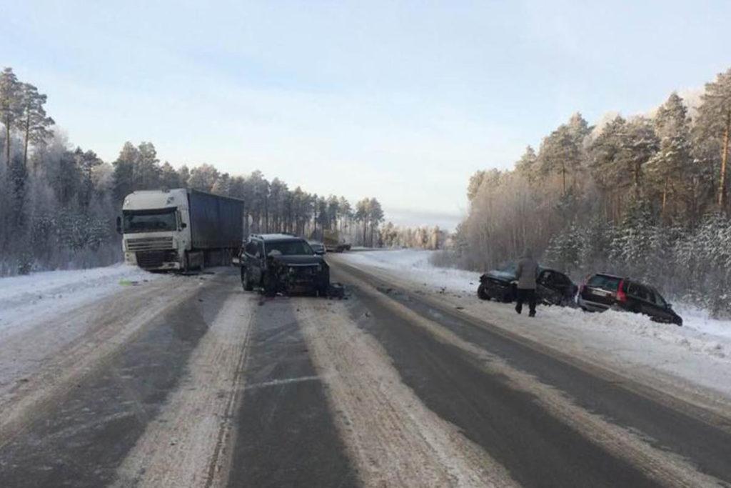 На 480 км автодороги Тюмень-Ханты-Мансийск в Уватском районе около 10-ти часов столкнулись автомобили «Форд», «Тойота», «Даф» «Вольво»