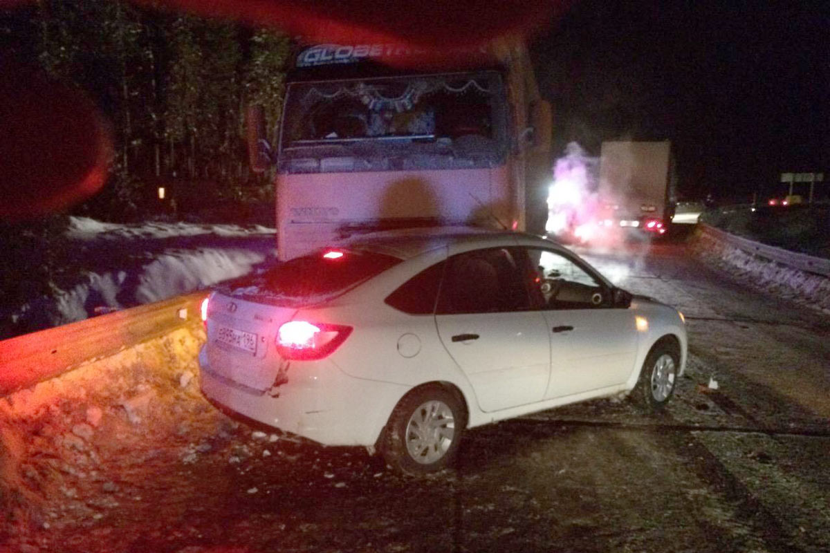 Свидетели публикуют первые фото тройного ДТП фургонов натрассе «Тюмень— Ханты-Мансийск»