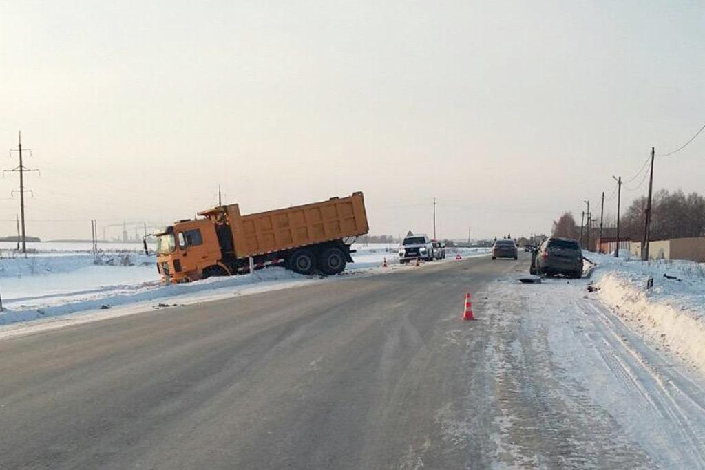 Около часа дня на 13-м километре автодороги Тюмень – Криводанова столкнулись «Лада Калина» и самосвал «Shaanxi»