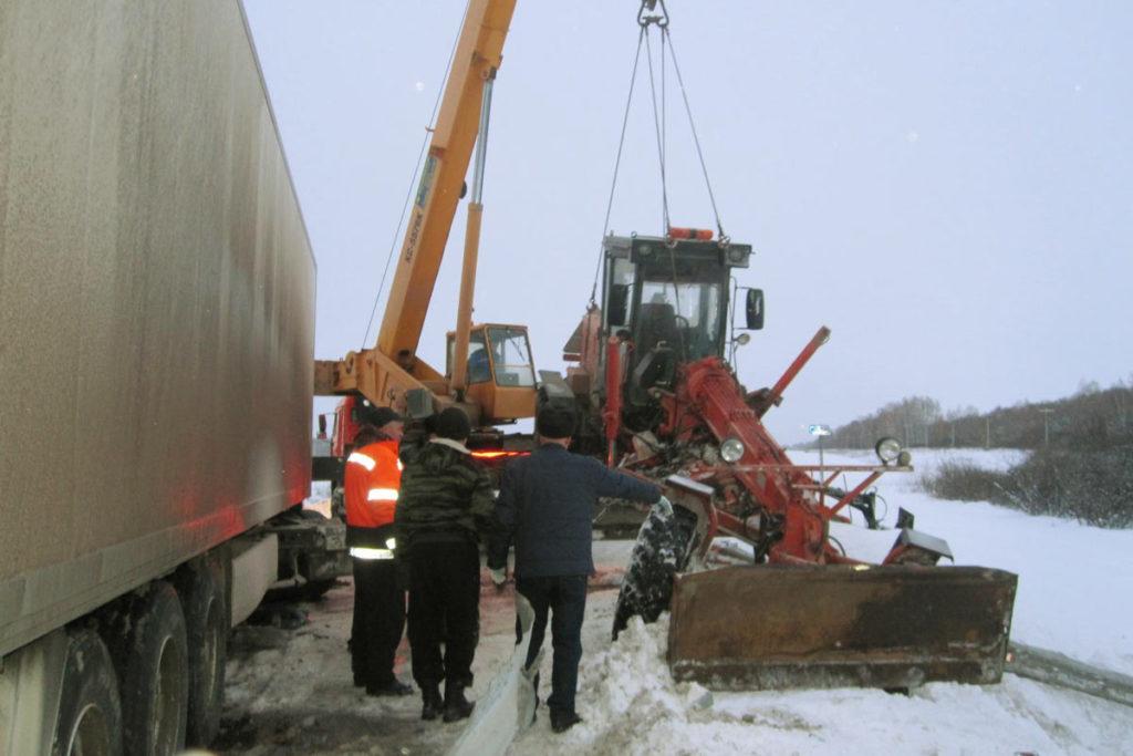 В третьем часу дня на 263-м километре федеральной автодороги Тюмень – Омск в Ишимском районе водитель грузового автомобиля «КАМАЗ», совершая обгон, допустил столкновение с автогрейдером