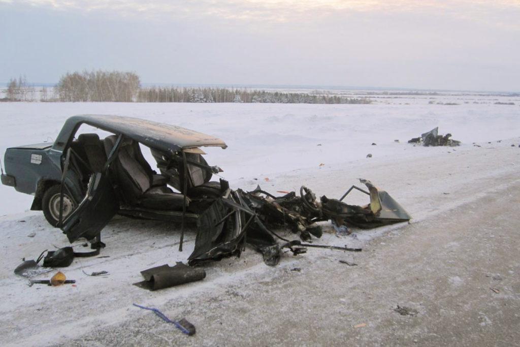 4 декабря в 14 часов 30 минут на 305 км автодороги Тюмень-Ишим-Омск в Ишимском районе столкнулись автомобиль ВАЗ 2105 и грузовой автомобиль «Вольво»