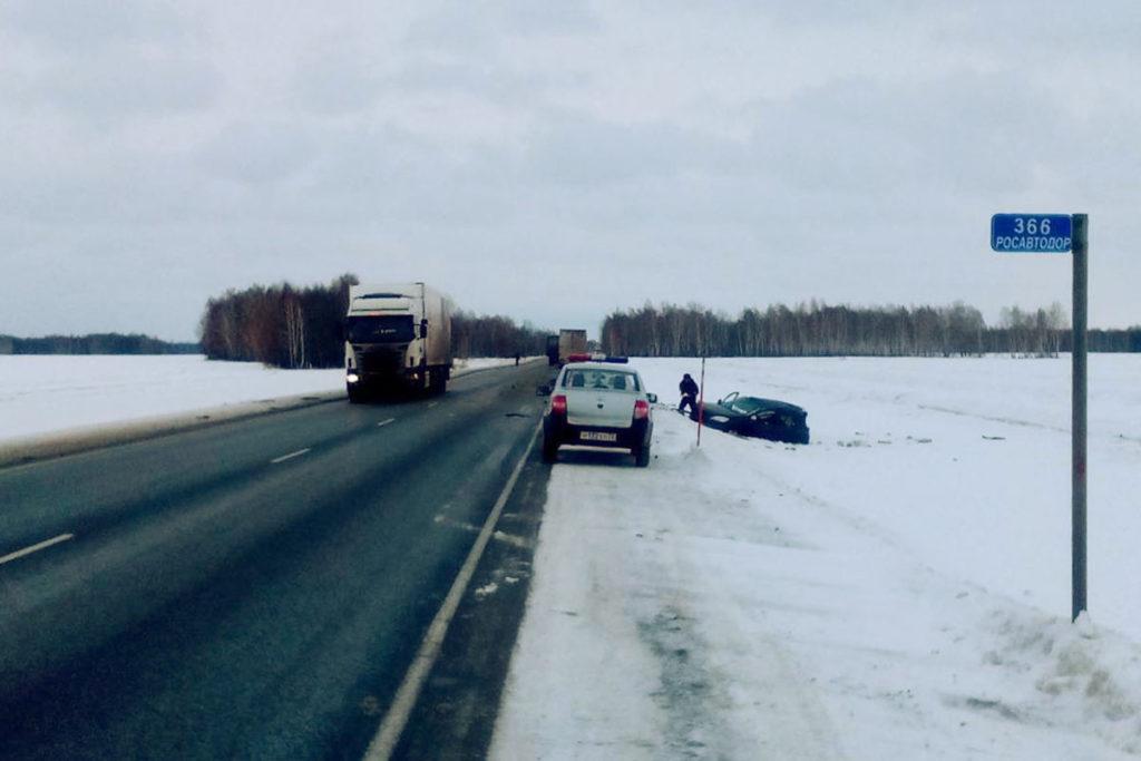 Около часа дня на 366-м километре федеральной автодороги Тюмень – Омск произошло столкновение «Киа» с тягачом «Скания» с полуприцепом