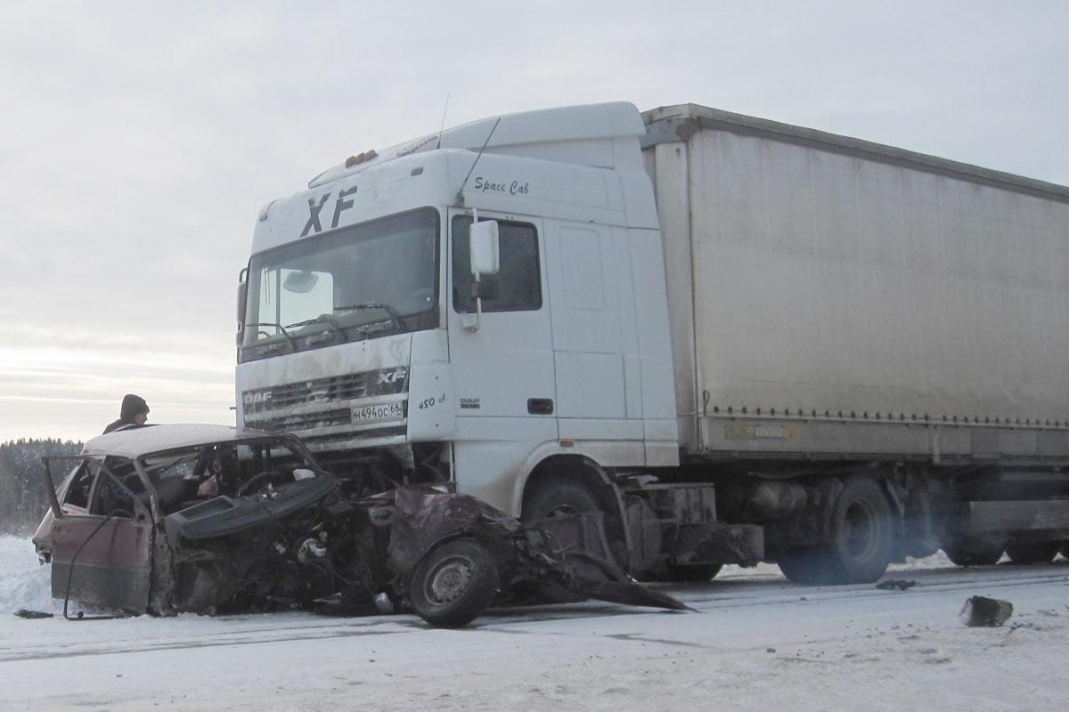 Легковой автомобиль идва фургона  столкнулись вИшиме наобъездной дороге