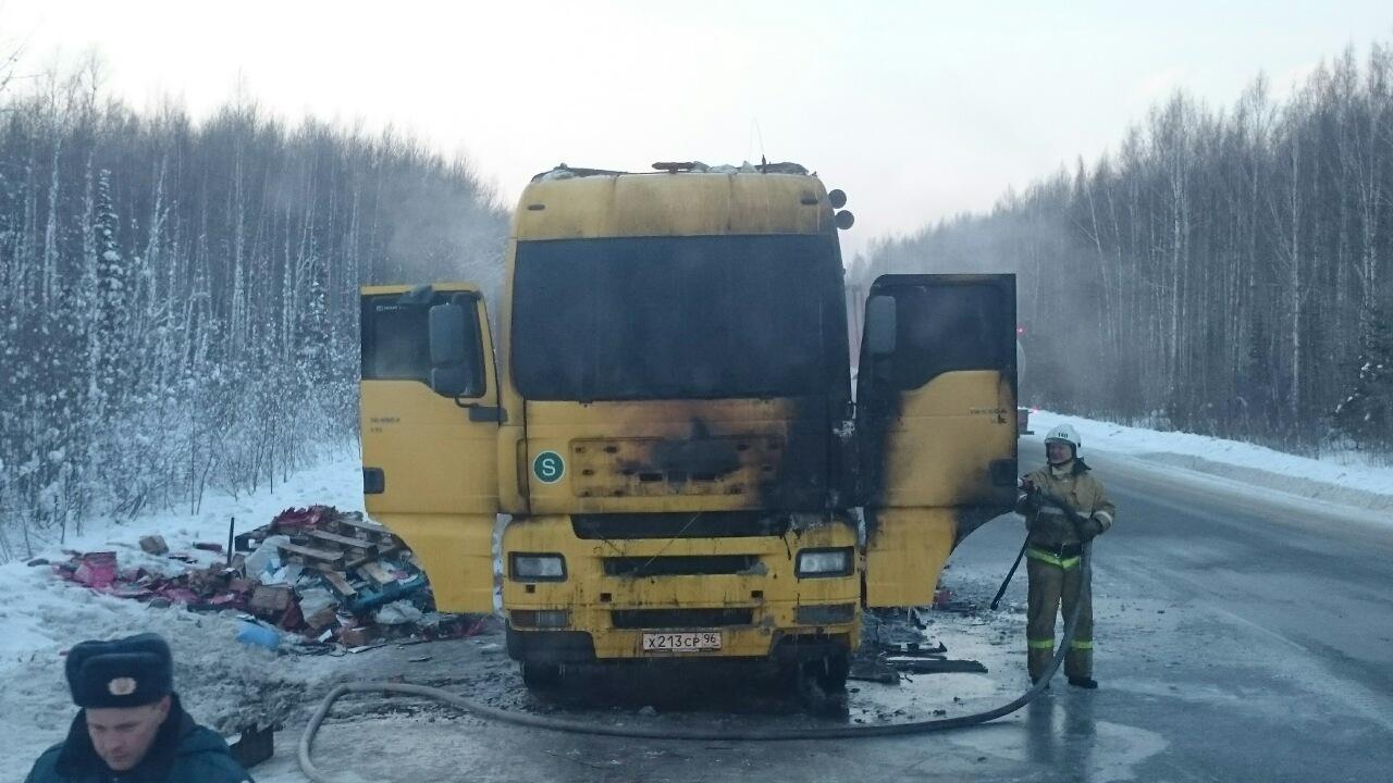 Фургон сбумагой едва несгорел натюменской трассе