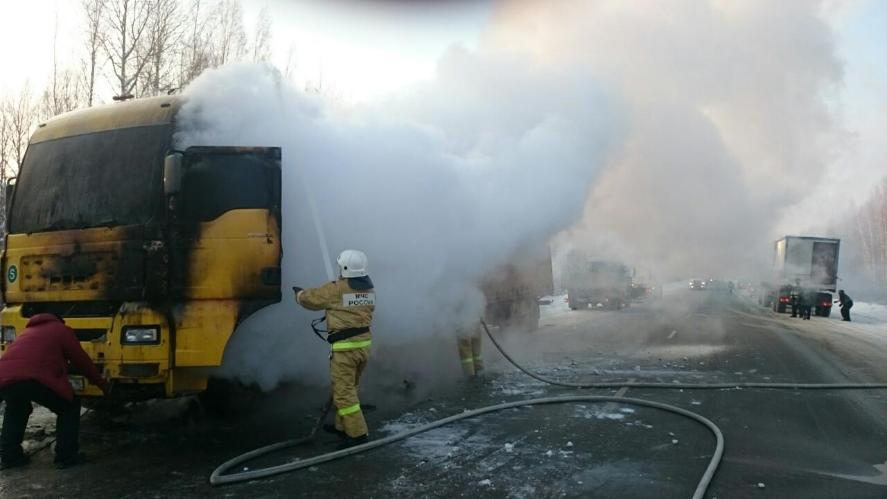 Грузовой автомобиль сбумагой едва несгорел натюменской трассе