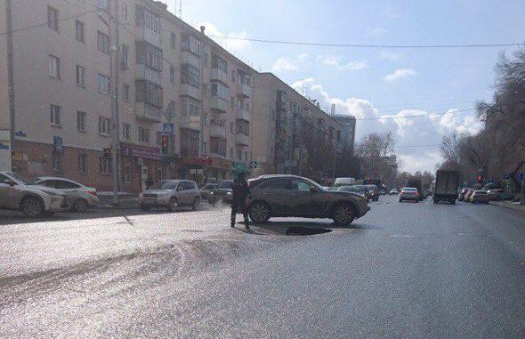 Наулице Профсоюзной вТюмени провалился асфальт: глубина ямы доходит полутора метров