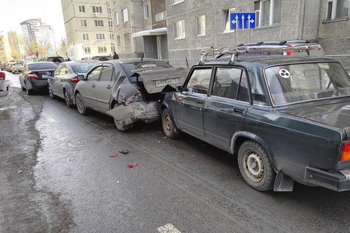 79-летний шофёр спровоцировал массовое ДТП счетырьмя машинами вТюмени