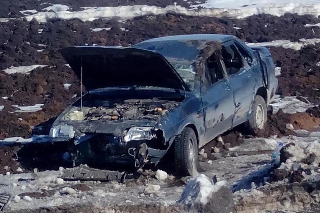 окрестностях города Заводоуковска 20-летняя водитель «Лады» 15-й модели перевернулась и съехала в кювет