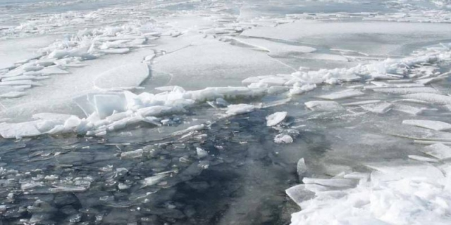 Тюменские cотрудники экстренных служб помогли мужчине, провалившемуся под лед Туры
