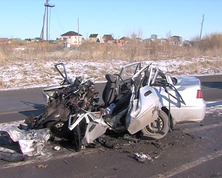 Отстолкновения синомаркой грузовой автомобиль упал вкювет