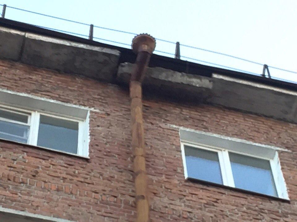 Осторожно, в районе КПД Тюмени падает бетонный блок с крыши