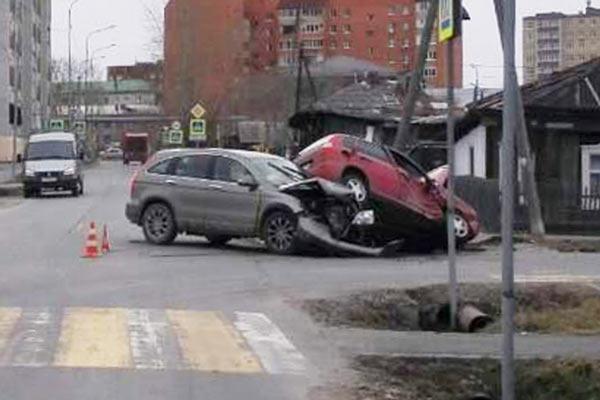 на пересечении улиц Совхозной и Сибирской столкнулись автомобили «Хонда CR-V» и «Лада Калина»