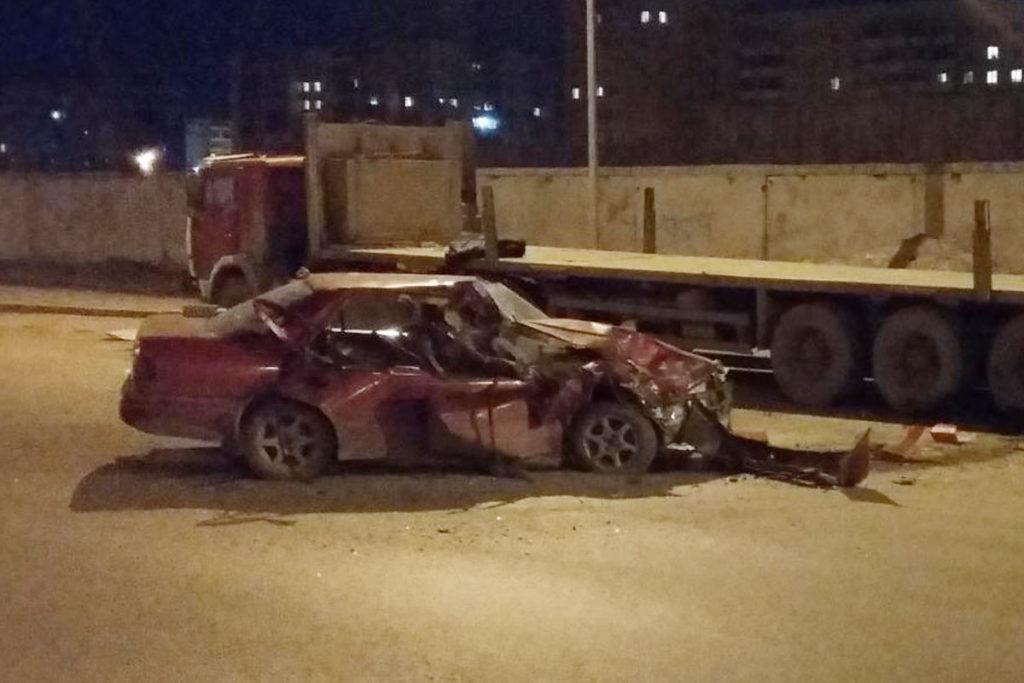 на улице Монтажников, 16 автомобиль «Хонда» въехал в стоящий у края проезжей части «КАМАЗ»