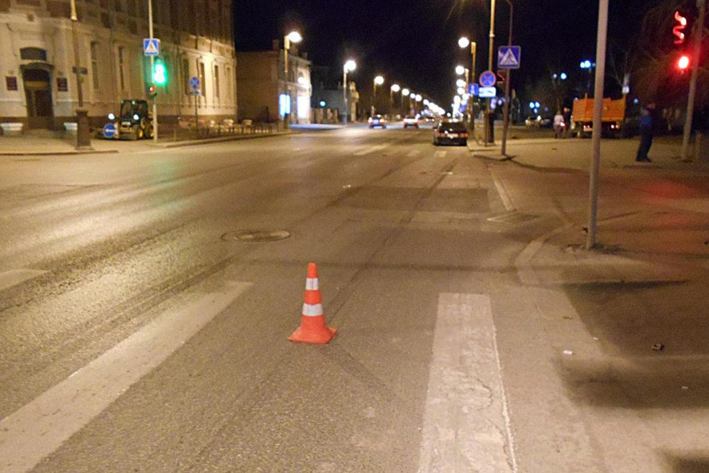 В половине двенадцатого часа ночи на перекрестке улиц Республики и Семакова «Лада» 14-й модели сбила пешехода