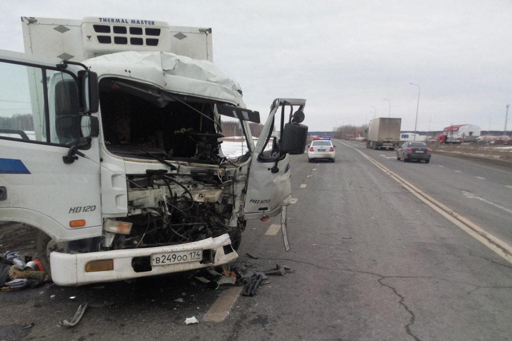 Около восьми часов утра на 179-м километре федеральной трассы Тюмень – Ханты-Мансийск в Тобольском районе столкнулись грузовые автомобили «Хендэ» и «Вольво»