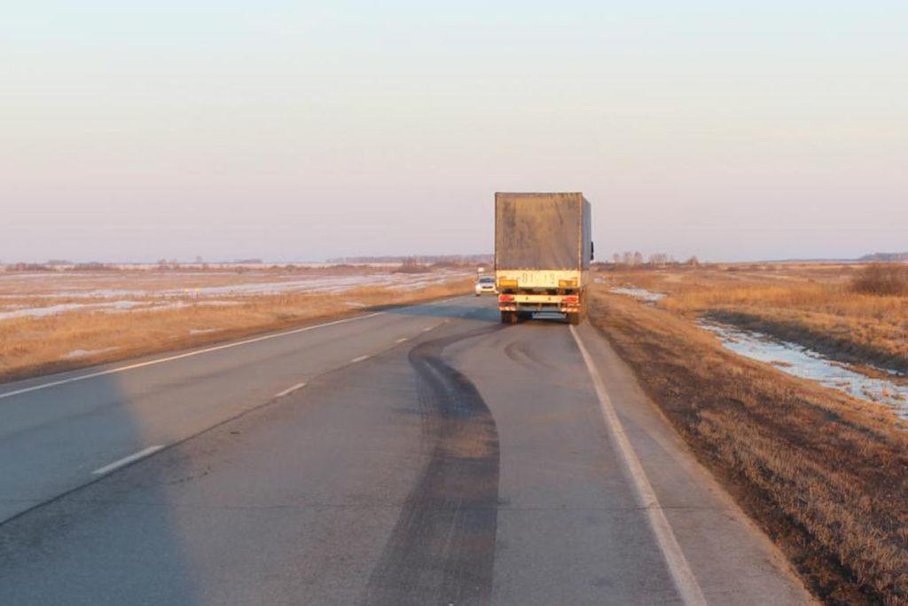 153-м километре трассы Тюмень – Омск в Омутинском районе грузовым автомобилем «МАЗ» сбит пешеход