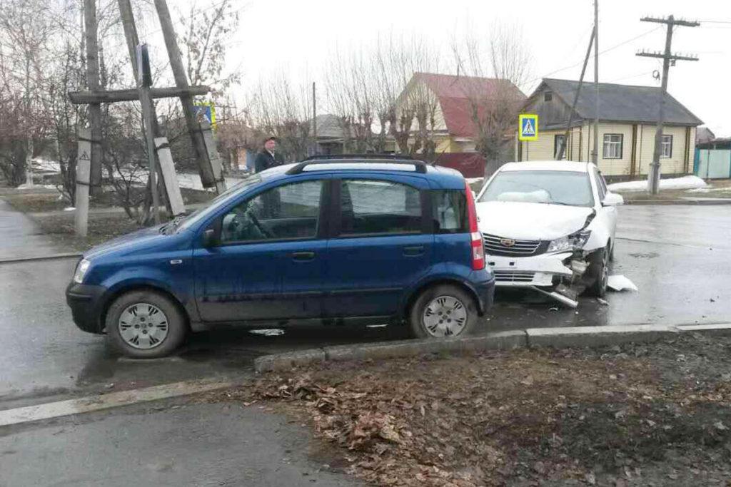 на улице Оболенского города Ялуторовска столкнулись автомобили «Фиат» и «Джили»