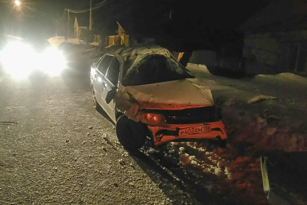 В городе Заводоуковске на улице Полугорной перевернулся автомобиль «Лада Гранта»