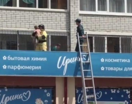 ВТюмени полуторагодовалый ребенок выпал с 3-го этажа, есть фото