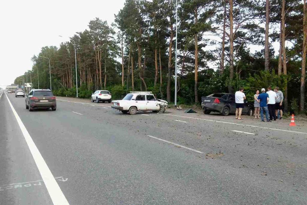 на 16-м километре федеральной автодороги Тюмень – Ханты-Мансийск «Жигули» 5-й модели въехали в стоящий автомобиль «Форд»