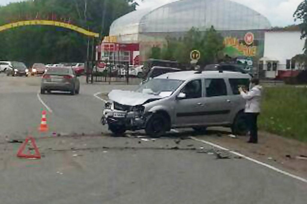 Около трех часов дня на дороге Тюмень – Луговое в областном центре столкнулись автомобили «Хендэ» и «Лада Ларгус»