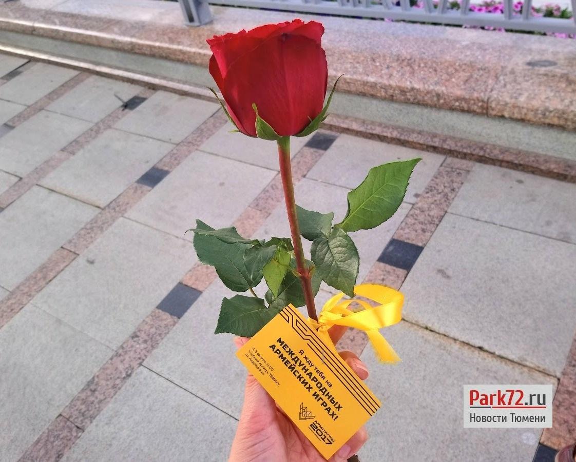 АРМИ-2017: вВТюмени курсанты ТВВИКУ раздавали розы нанабережной