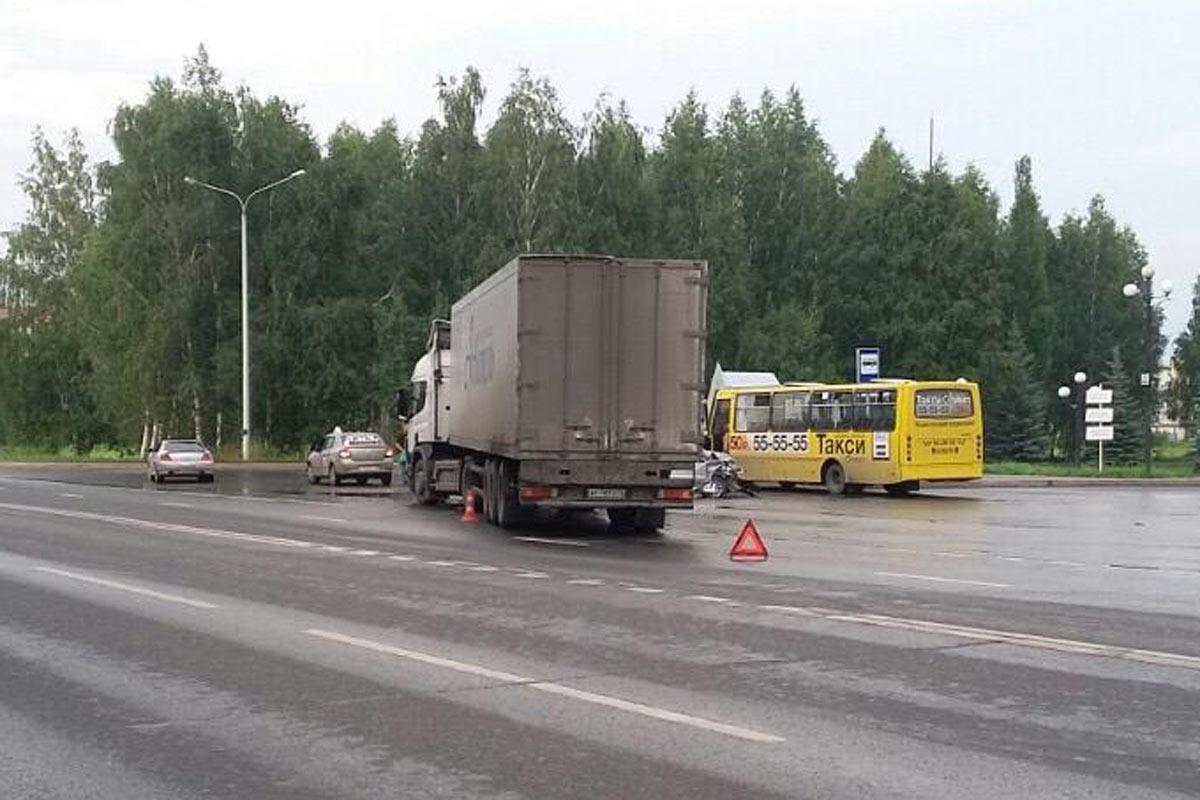 Начинающий шофёр превысил скорость ивлетел в грузовой автомобиль