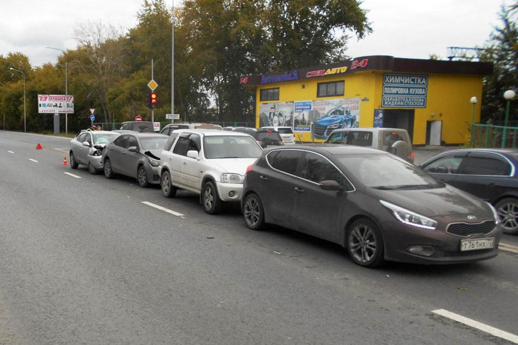 Четыре автомобиля помяты из-за нарушения дистанции одним водителем