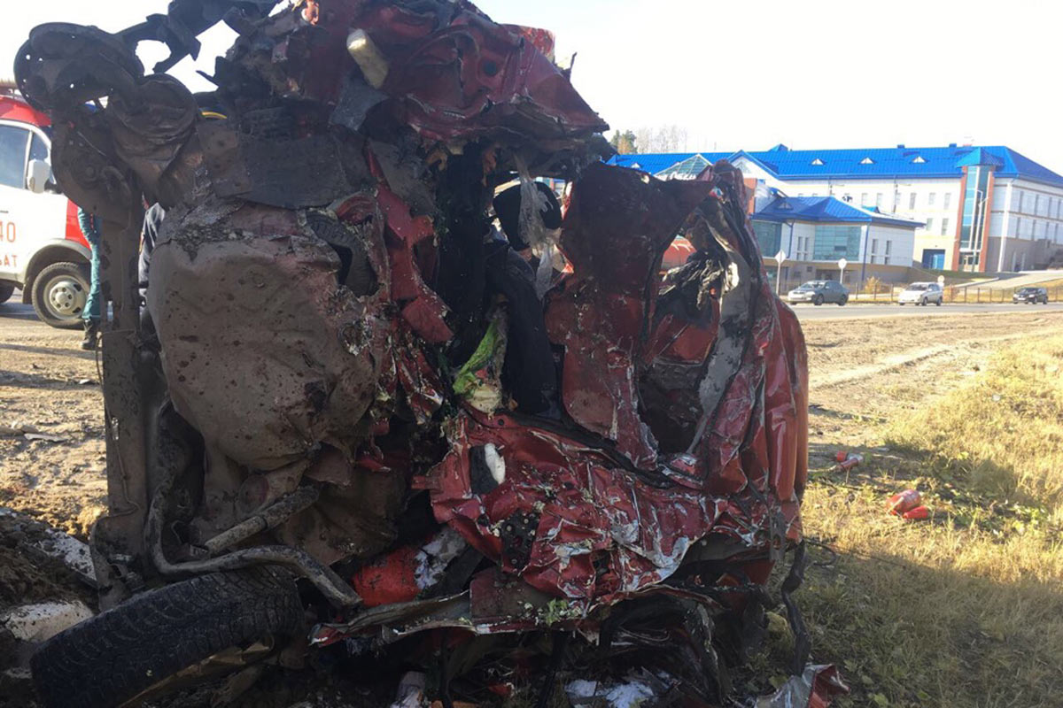 Трагедия натрассе Тюмень— Ханты-Мансийск: столкнулись два грузового автомобиля илегковушка