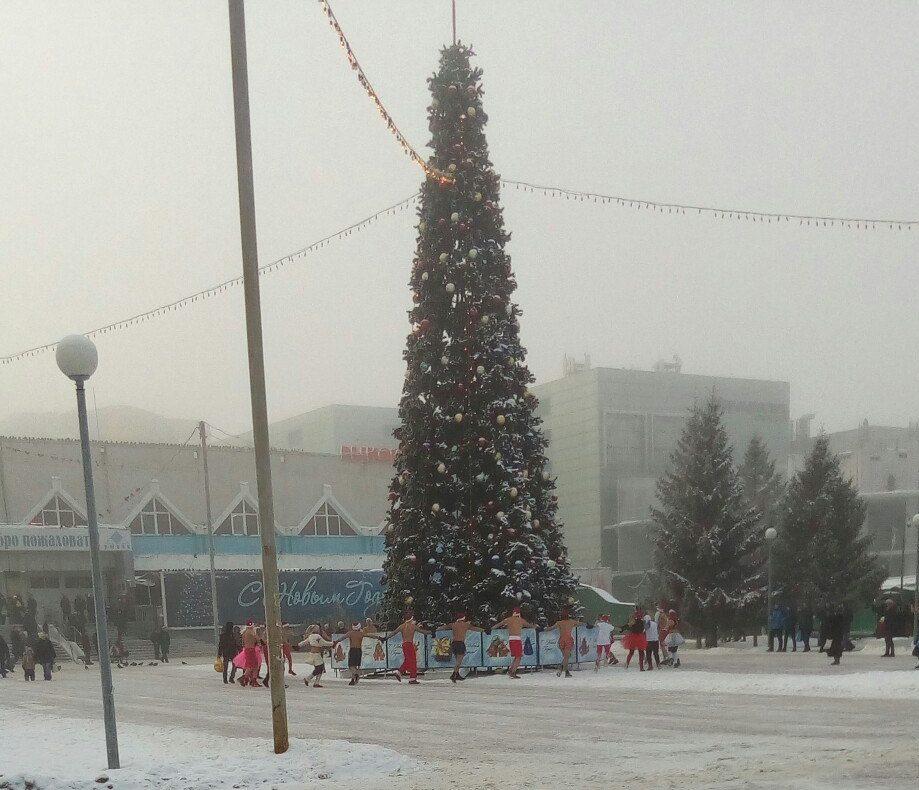 ВЕкатеринбурге Деды Морозы соголенными торсами устроили забег поулицам