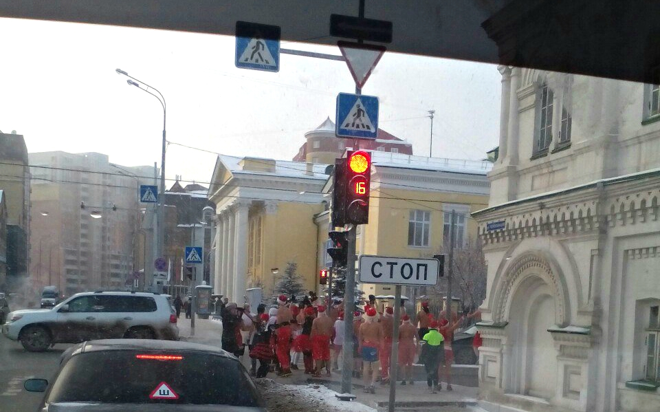 Голые Деды Морозы пробежались поцентру Екатеринбурга