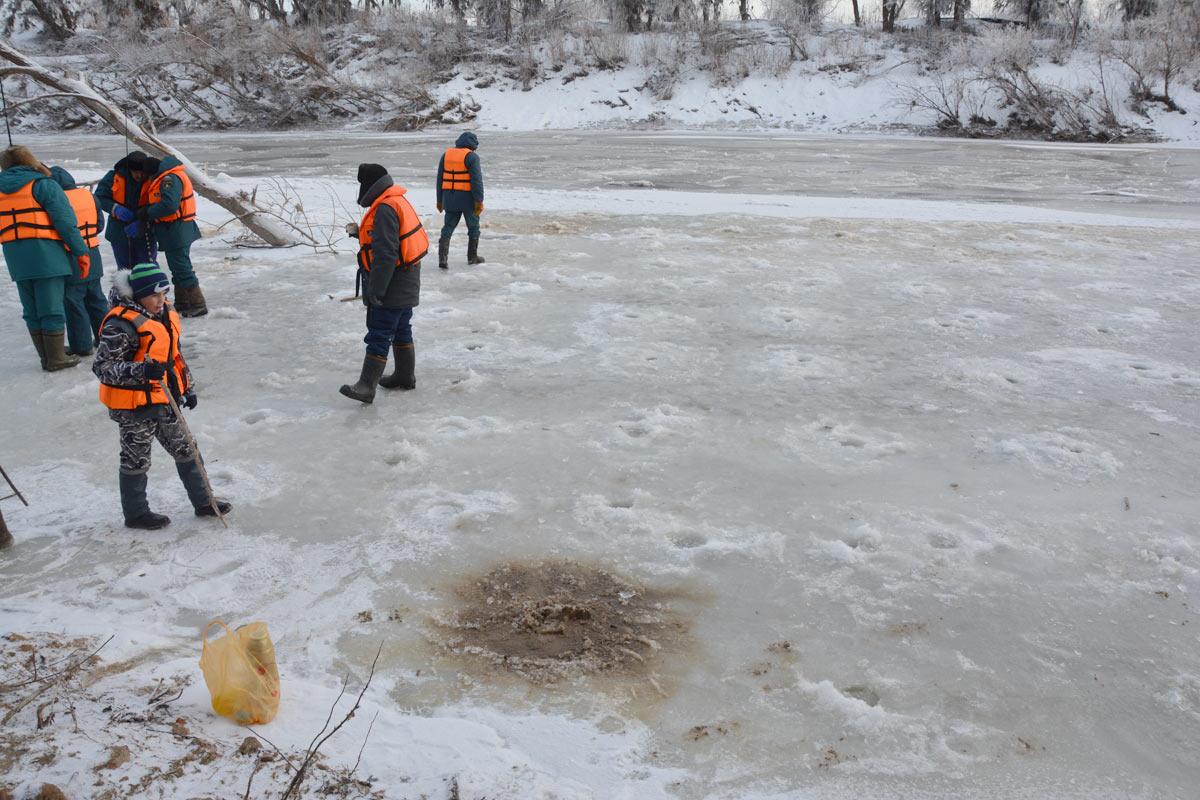Поиски утонувшего ребенка вТюменской области осложняет лёд нареке