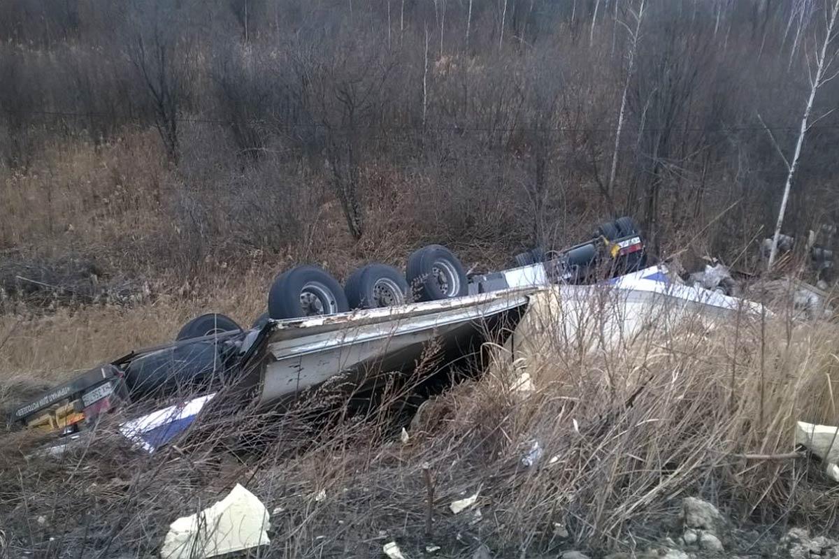 Два человека погибли нафедеральной трассе под Тюменью из-за лопнувшего колеса большегруза